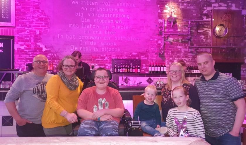 Cody en Noud met hun gezinnen in brouwerij VandenOirsprong