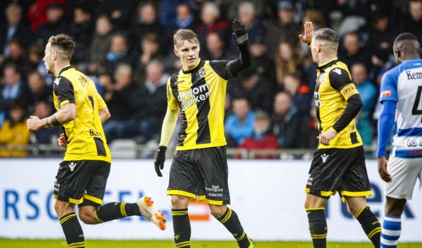 Aanvoerder Bryan Linssen feliciteert Martin Ødegaard met zijn doelpunt tegen De Graafschap