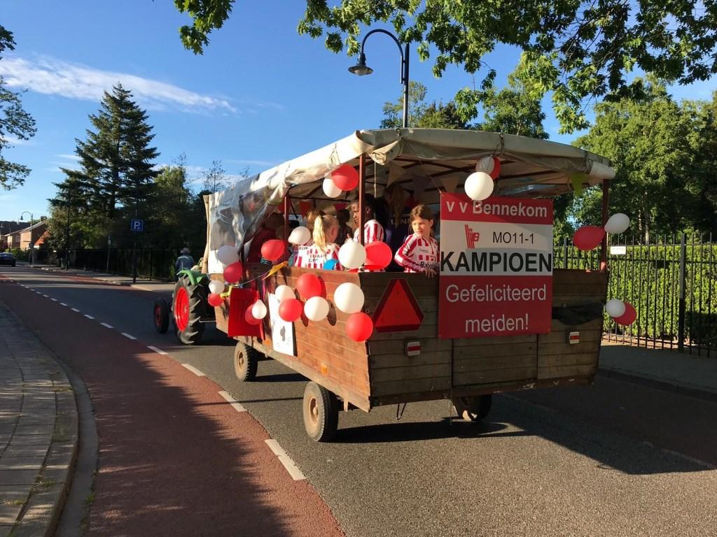 Het winnende team rijdt door Bennekom.  © DPG Media