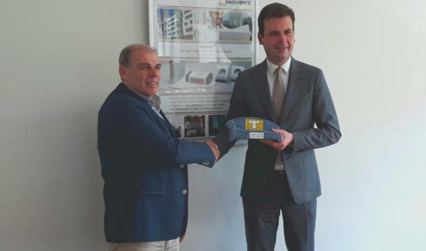 Wethouder Berend de Vries overhandigt een social sofa aan Luuk Pals van Innovience International.