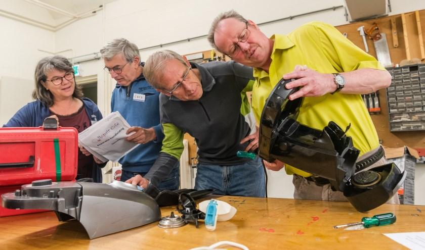 Vrijwilligers van het Repair Café Zeist repareren allerlei soorten huishoudelijke apparatuur. Zij doen dit al een kleine zes jaar. FOTO: Mel Boas
