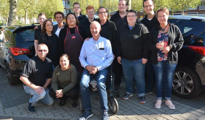 Super-Kees van Doorn tussen een aantal medewerkers van de nieuwe winkel aan het Bruineplein in Veenendaal-Zuid. (Foto's: Pieter Vane)