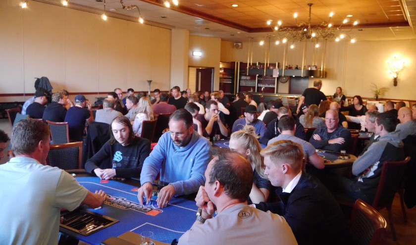 Een volle zaal pokeraars tijdens een avond van Pokeren.nl.