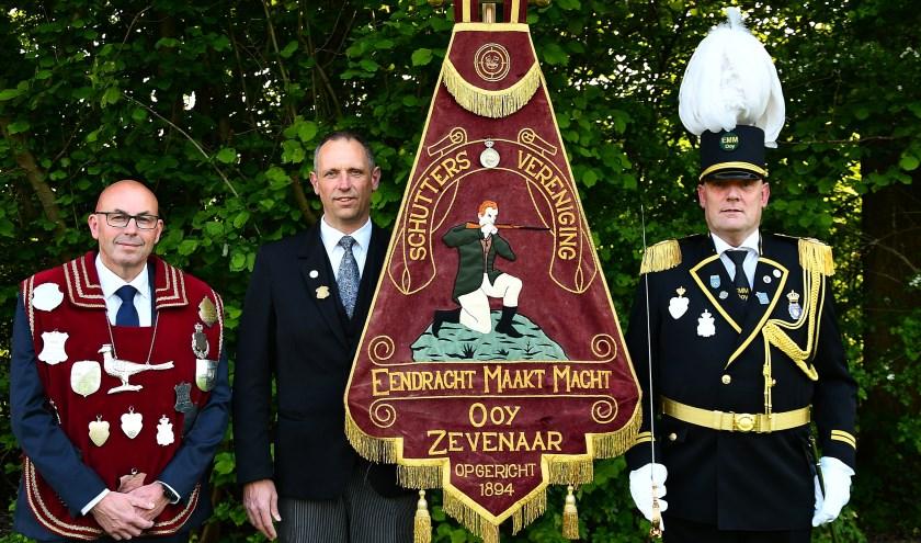 Koning van EMM Harald van Poorten (vlnr), bestuurslid Jelle Berends en commandant Hennie Zweers staan klaar om het jubileum met de hele schutterij groots te vieren. (foto: Ab Hendriks)