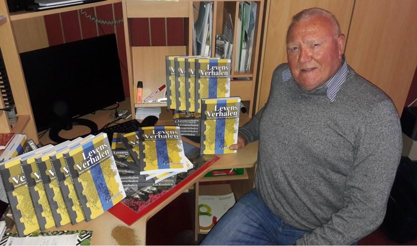 Co Keulstra is, op z'n Veens gezegd, 'bar trots' op zijn eerste pennenvrucht. Het boek is vandaag gepresenteerd bij Boekhandel van Kooten en is ook te koop bij Primera Van Walsem. (Foto: Martin Brink/Rijnpost)