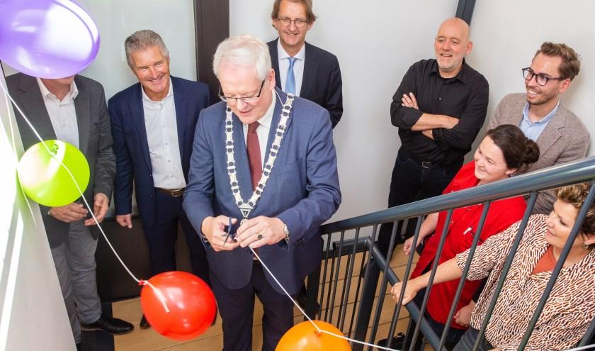 Onder grote belangstelling opende burgemeester Govert Veldhuijzen gisteren de nieuwe locatie van de Zorgwaard-campus in Oud-Beijerland.