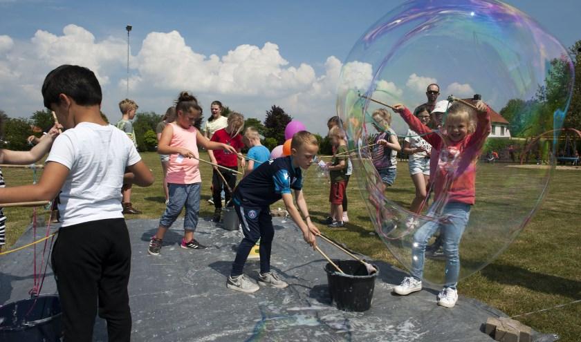 De speeltuin in Hulhuizen is bij kinderen erg populair. Er zijn waterspelen bijgekomen. (foto: Ellen Koelewijn)