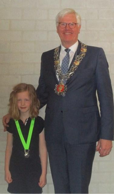 Floor van den Berg samen met burgemeester Joseph Vos.