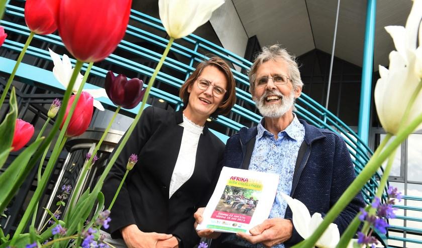 Conny Huijskens en Wim Beijer, bestuursleden van Stichting Vrienden van Boukombé. (foto: Roel Kleinpenning)