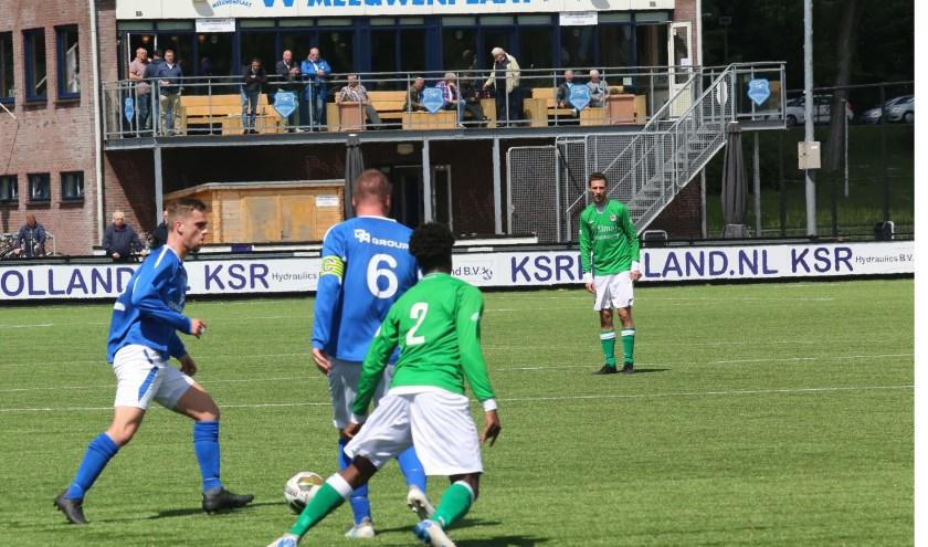 Meeuwenplaters Wesley van Gils en de Robin Boender op weg naar het goal van Xerxes DZB. Deze aanval zal echter niets opleveren voor de blauw-witten. Foto: Aad van der Voorn