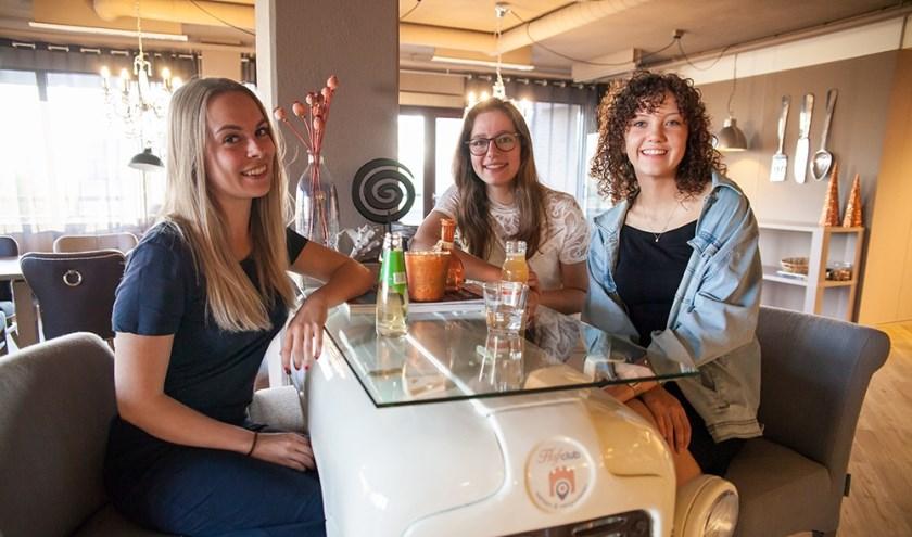 Jeugdkoningin Cassandra Visser wordt bijgestaan door haar twee Hofdames, de 18-jarige Yvonne de Vocht en de 19-jarige Maartje Stout.