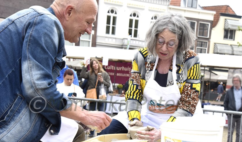 Met een beetje hulp was burgemeester Mirjam Salet goed op weg om een fraaie vaas te draaien. Foto: Marianka Peters