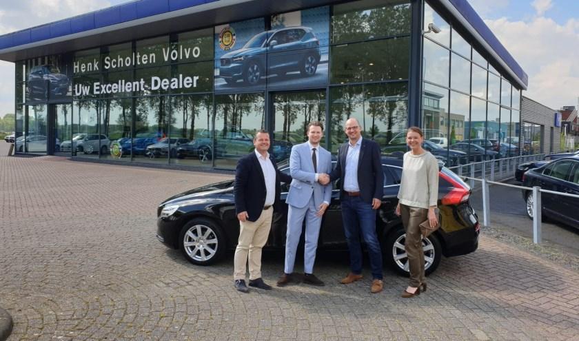 Voorzitter Edwin Rosier, Volvo verkoper Maarten Vugt, sponsorcommissie hockeyclub Geldermalsen Casper Klop en Imke Dreschler-van Amerom.