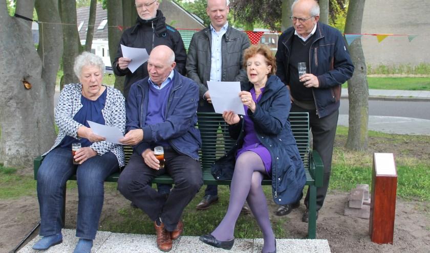 Het oude bestuur op het bankje. Foto: Wim Heijmans.