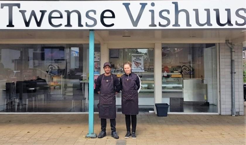 """Nithien Doerbali en Pascal Hoogeveen voor hun winkel aan de Ribbelerbrinkstraat 39 in Enschede. """"Binnenkort houden we hier ook een haringparty."""""""
