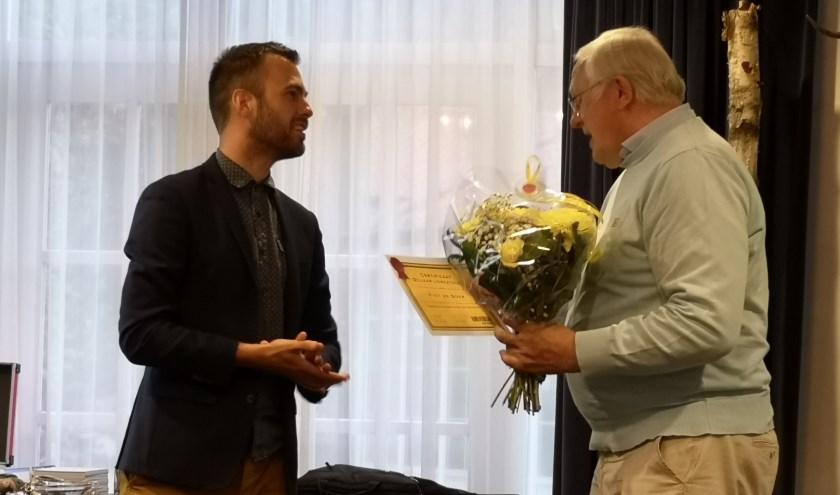Mark van de Bunte (voorzitter Vereniging Gemeentebelang) en jubilaris Piet de Boer (r.). (Foto: Corrie Jansen)