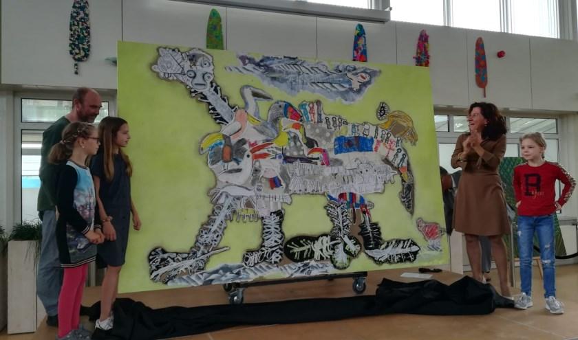 Leerlingen Joanna, Rosin en Lenne onthulden, samen met wethouder Marcelle Hendrickx en kunstenaar Reinoud van Vught, het kunstwerk.