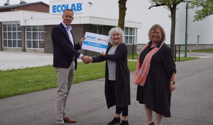 Simon Uijtenwaal overhandigt de cheque aan Ineke Aalderink (m)en Wilma Nieuwamerongen. Foto: Naomi Wijling