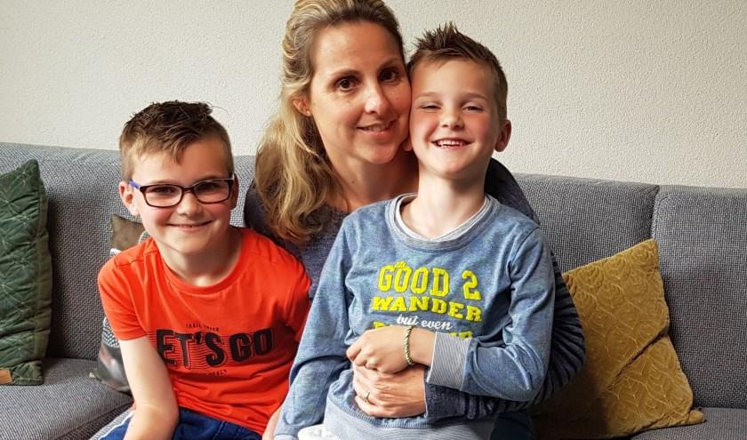Pepijn, de 9-jarige broer van Teun, moeder Daniëlle Beaumont en de 6-jarige Teun.