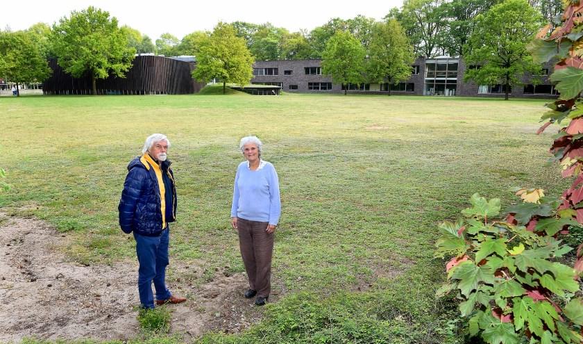 """De actievoerders van het comité Red de Paasberg op de plek waar de nieuwbouw van het Almende moet komen. """"Het terrein waar de school moet komen, is veel te klein."""" (foto: Roel Kleinpenning)"""