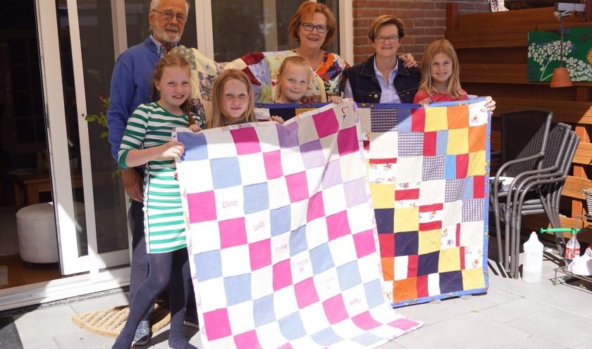 """Uit handen van Comité 4 & 5 mei krijgt Jaap Valk drie quilts overhandigt die gemaakt zijn door 5 jonge meiden. """"Deze krijgen een mooie plek in het tehuis,"""" aldus Jaap. Foto: Naomi Wijling"""