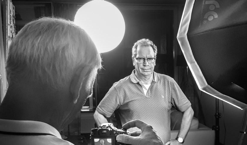 Maarten de Koning (links) en Henk Post bezig met de voorbereidingen voor het jubileumfeest van Fotogein, Fotogein viert het veertigjarig jubileum.