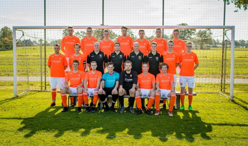 Het eerste van MVV'69 trots in hun oranje-witte outfit. Het is een jonge ploeg, waar veel potentie in zit en die door de goede trainingsopkomst steeds beter op elkaar ingespeeld raakt.