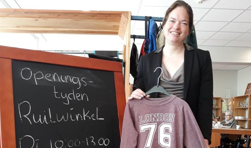 """Jessica voelt meer zelfvertrouwen. """"Soms zegt een klant zelfs dat ze me een strenge vrouw vindt"""", lacht Jessica. foto: Susan van den Nieuwelaar"""