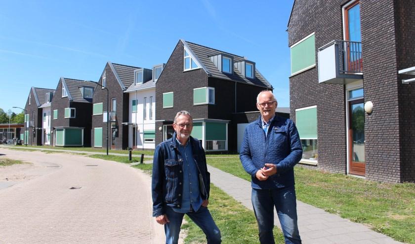 Jos Fleskens (l) en Fons van den Heuvel bij de huidige schoolwoningen op de Breedvennen in Leende.