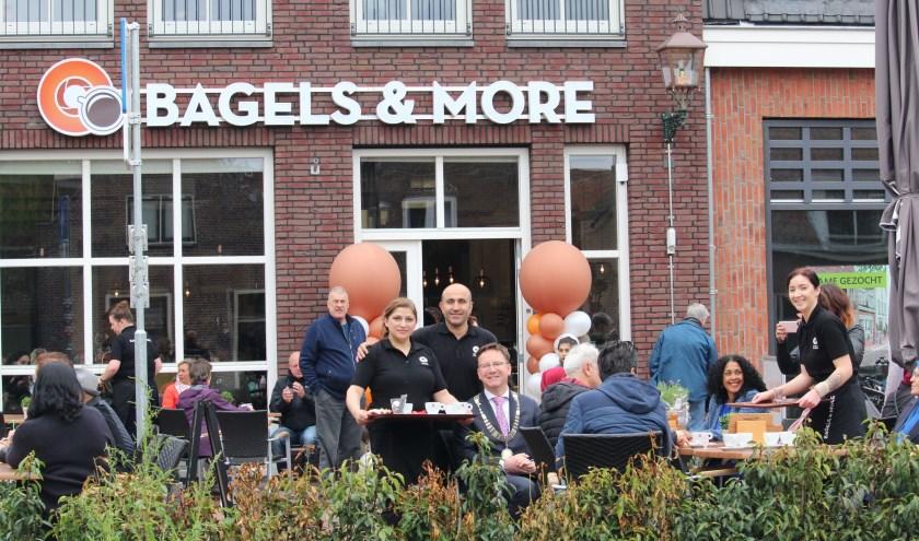 Burgemeester Van Domburg genoot na de openingshandeling van zijn eerste kopje koffie op het terras en beloofde vaker terug te komen. (Foto: Lysette Verwegen)