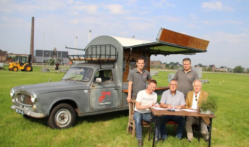 Bij de 'STREEKbak' worden de contracten op het festivalterrein ondertekend. Bovenste rij (vlnr): Luuk Domhof en Theo Winters van De Timp. Onderste rij (vlnr): Hajon Westerveld, Tonnie Schreur en John Haverdil van Huntenpop en Hemelvaartfeesten.