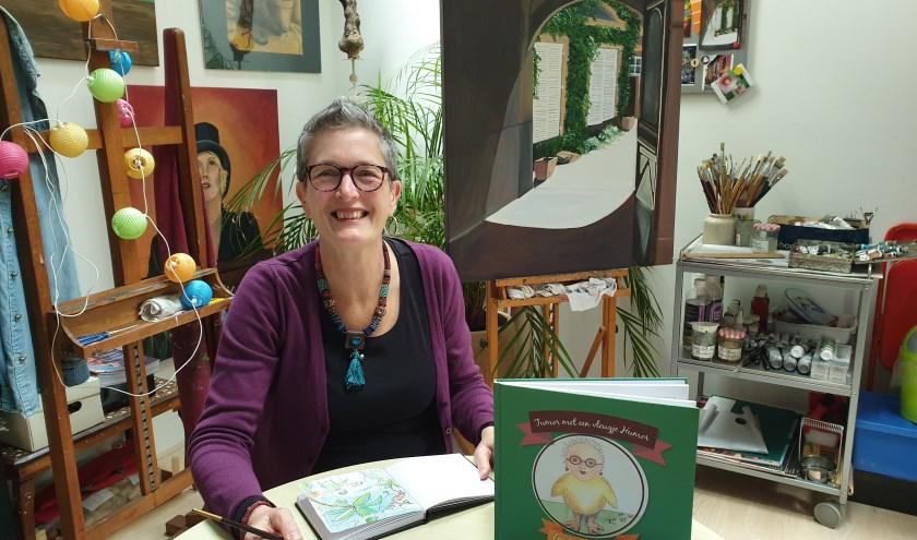 Leontien van den Berg in haar atelier. Schrijfster en illustrator van het boek 'Tumor met een vleugje humor'.