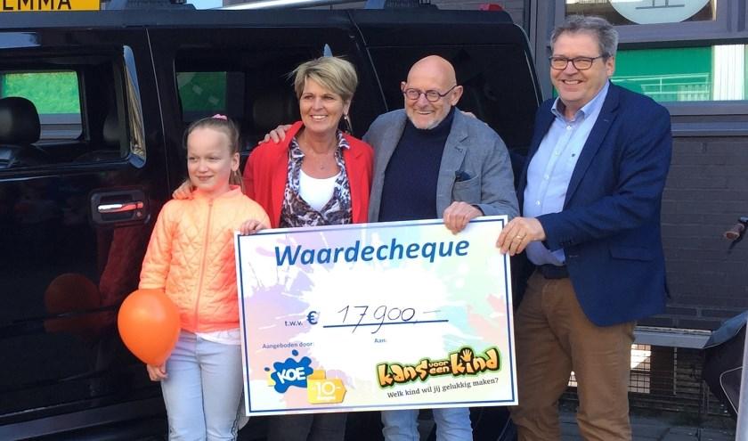 Willem Hoevers (tweede van rechts) en Agnes Schutten (tweede van links) van Kans voor een Kind met KOE-man Jos Sprakel en leerling Emma.