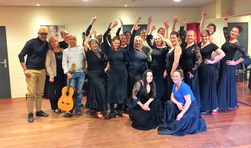 Heleen met haar Flamenco groep incl. gitarist en zanger. FOTO: Astrid van Walsem
