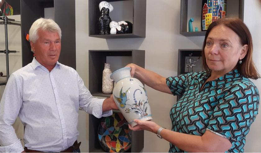 Toon Kleyberg en Andrea van Wieringen showen één van hun fraaie producten die je kunt krijgen in de Wereldwinkel