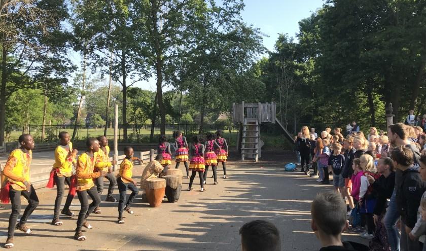 De 10 dansers van het Oegandese koor heten leerlingen, ouders en leerkrachten welkom op de Oegandse dag van de Prinsenakker.