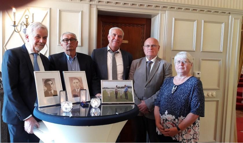 Aad den Hoedt (links), Aad den Hoedt, Erick den Hoedt, Gerrit den Hoedt en Gré van Ekelenburg-den Hoedt nemen de erkenning in ontvangst.