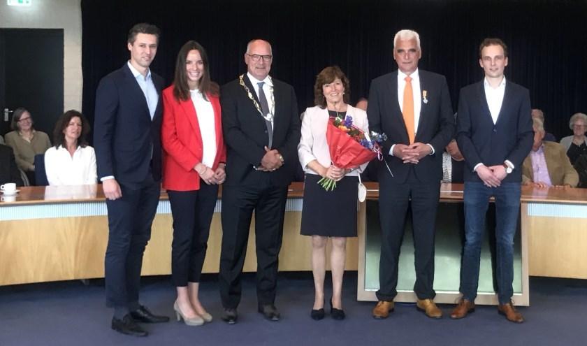 De gedecoreerde Peter de Vries samen met zijn gezin en Burgemeester Henny van Kooten