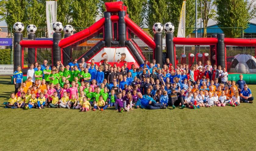 De 170 blije kinderen die tijdens de meivakantie meededen aan de 5e editie van de WvE Voetbalpromotiedagen.