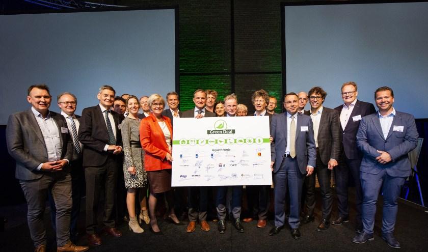 Dijkgraaf Kees Jan de Vet (derde van links) is één van de ondertekenaars, samen met vertegenwoordigers van andere landelijke en regionale partners.