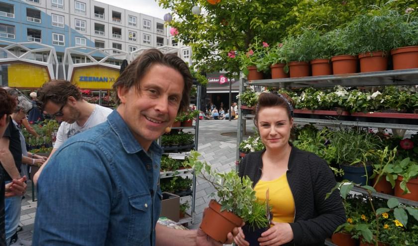 Lisette van Duist krijgt advies van tuinman Lodewijk Hoekstra bij het vullen van haar balkonbak. (Foto/tekst Louise Mastenbroek)