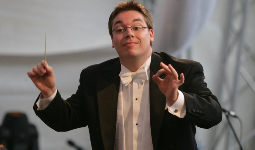 """""""Publiek dat ons niet opzoekt in de concertzaal, maar wel houdt van klassieke muziek, kan zo ook van onze muziek genieten"""", aldus Kees Meijer. Op de foto dirigent Enrico Delamboye."""