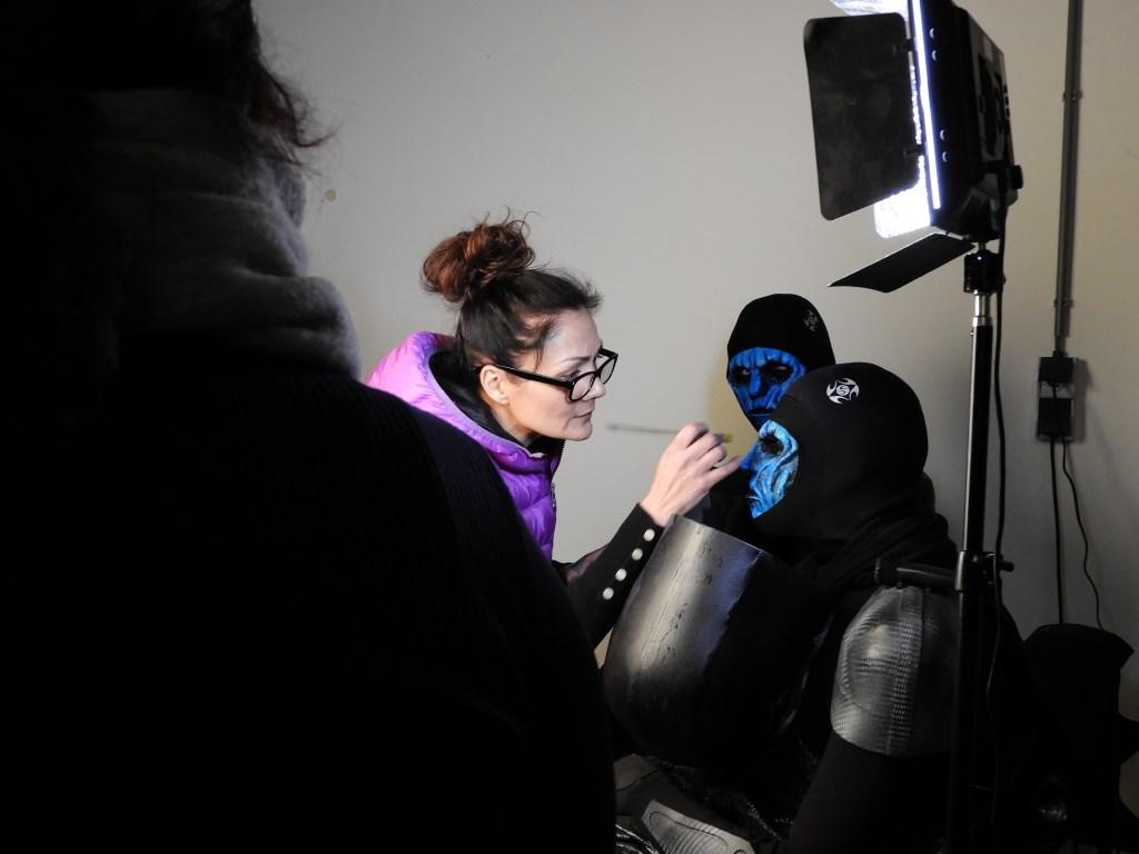Noa werkt de make-up van één van de acteurs af. Zij kijkt met plezier terug op de film en het maken ervan. Foto: Marianne Schoonderbeek.  © DPG Media