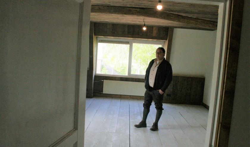 Frank Pouwer in de studio in het oude kantoor van de steenfabriek. Foto: Kees Jansen