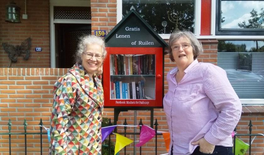 Heleen van den Hoven (links) en Renée Blom bij hun minibieb.