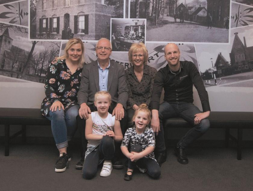 Martin en Diny Wieleman (midden) met hun zoon Martijn, schoondochter Avra Bisselink en de kleindochters Juul (links) en Evie.