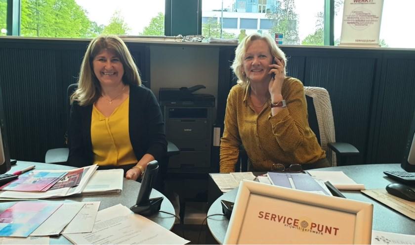 Meryam Sumer en Sippie Hilberink van het Servicepunt Vrijwilligerswerk Hengelo. Foto: Rachel Gort