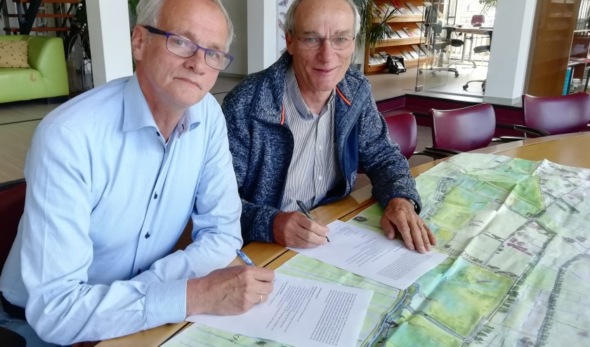 Ondertekening intentieverklaring door Jaap Mons (links) en Driek Enserink (rechts)