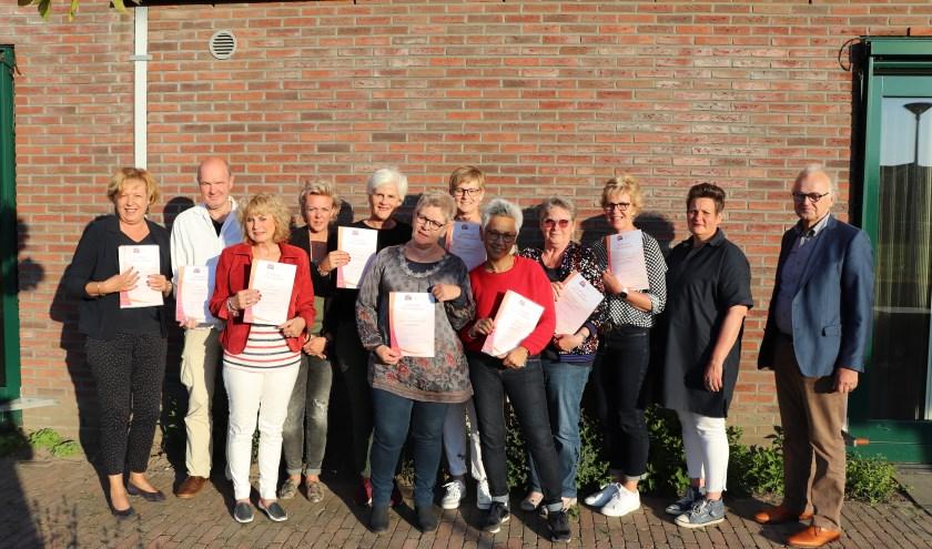 De negen nieuwe vrijwilligers van hospice De Cirkel geflankeerd door bestuursvoorzitter Ad van Driel, coördinator Iris van Putten en coördinator Ester Grootenboer van hospice De Cirkel.