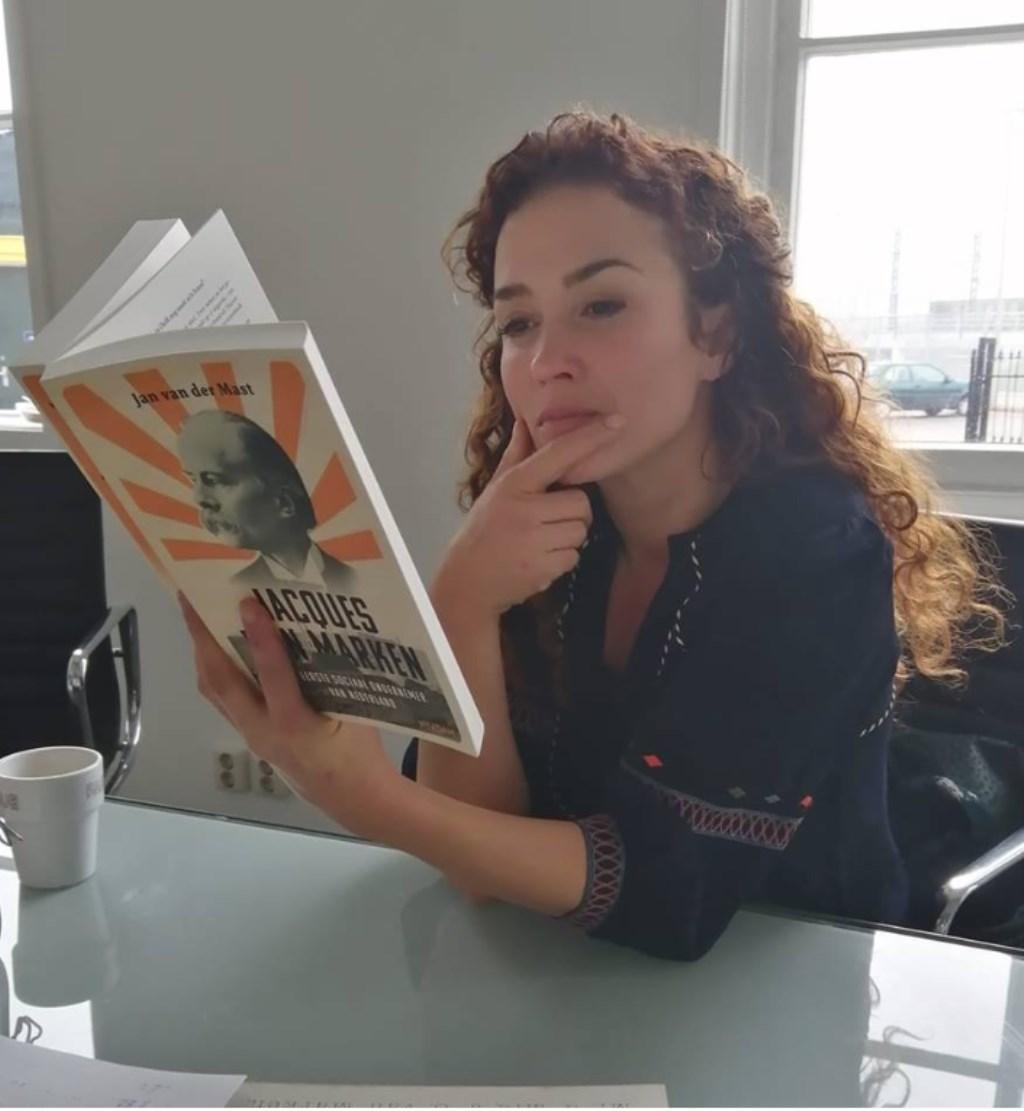 Katja bestudeert het boek van Jan van der Mast Jan van der Mast © DPG Media